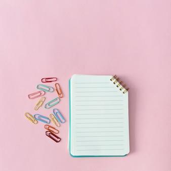 Material escolar para meninas com clipes