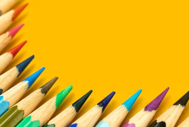 Material escolar plano com composição de moldura de lápis de cor, copie a foto do espaço