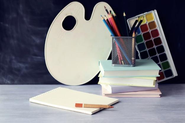 Material escolar sobre a mesa, aprendendo o conceito de volta às aulas
