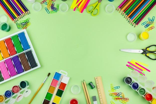 Material escolar sobre um fundo verde