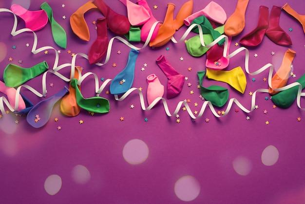 Material festivo roxo material colorido balões flâmulas confete