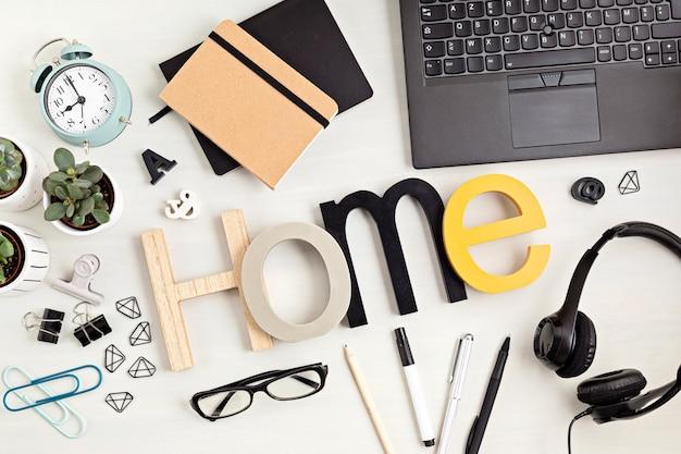 Material fixo e de escritório, organização de desktop para escritório em casa, negócios online, conceito de trabalho em casa