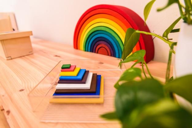 Material montessori dentro de uma sala de aula de uma escola infantil.