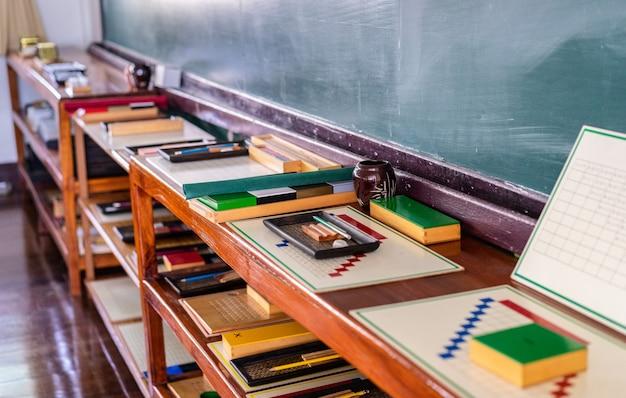 Material montessori para treinar o desenvolvimento de crianças na preschool classroom