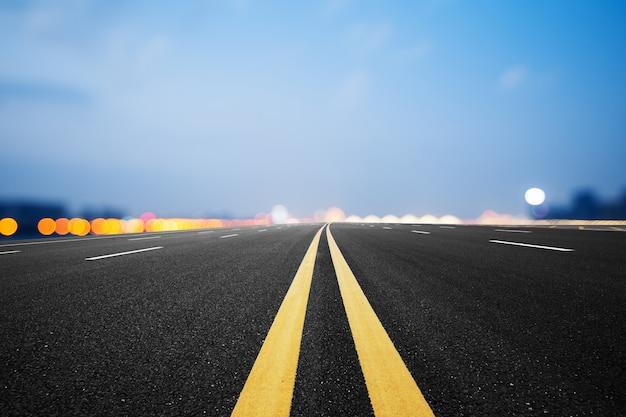 Material sintético, estrada de asfalto e céu