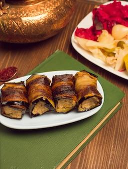 Material vegetal do petisco da galinha da carne envolvido com fatias fritadas da beringela.