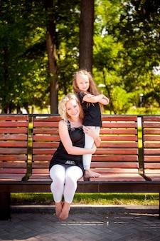 Mather e a filha no parque.