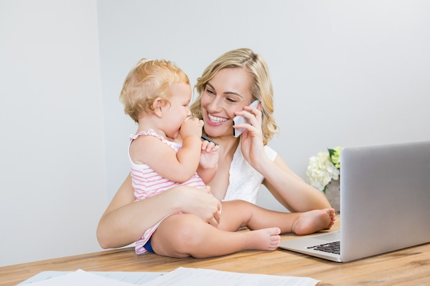 Matriz que fala no telefone móvel, mantendo seu bebé