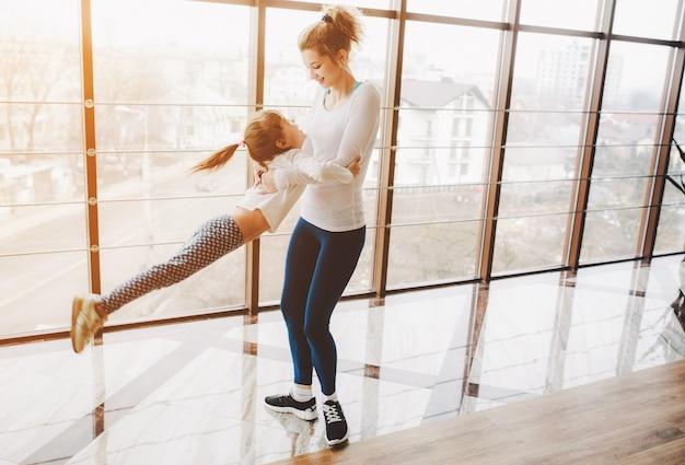 Matriz que joga com sua filha para girar