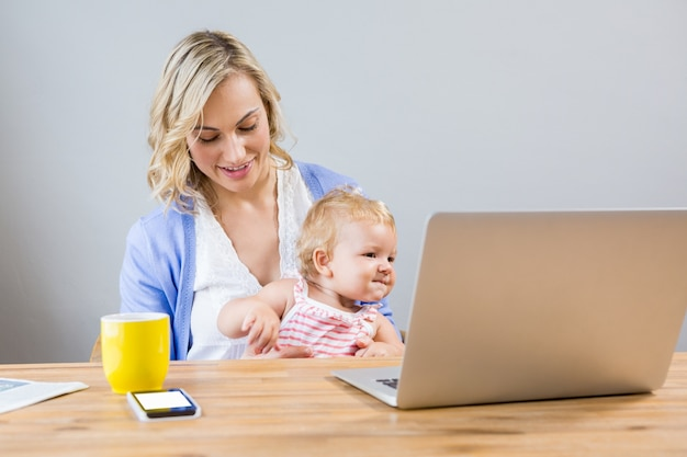 Matriz que prende o bebé ao usar o portátil