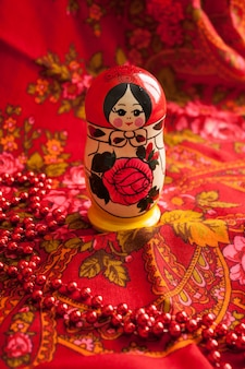 Matryoshka e lenço estampado vermelho