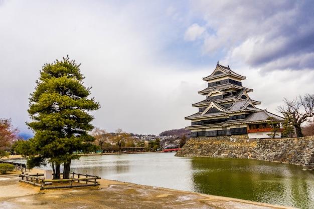 Matsumoto castle (matsumoto-jo) e ponte vermelha no leste de honshu
