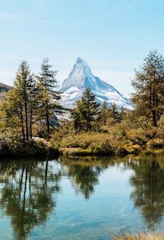 Matterhorn com o lago grindjisee em zermatt