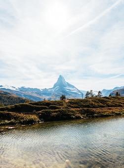 Matterhorn com o lago leisee em zermatt