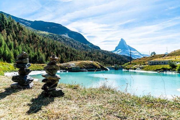 Matterhorn com o lago mosjesee em zermatt