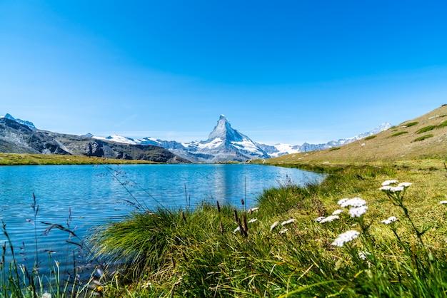 Matterhorn com o lago stellisee em zermatt