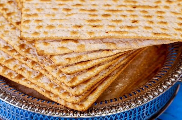 Matza judaica sobre a páscoa judaica pão sem fermento