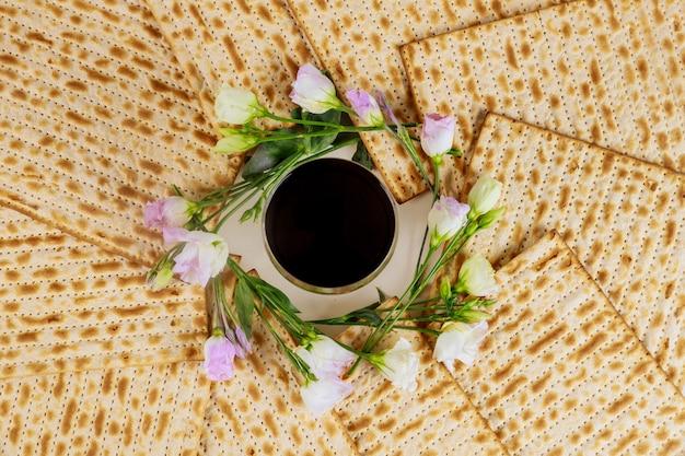 Matzah e um copo de prata cheio de vinho conceito de férias judaicas.