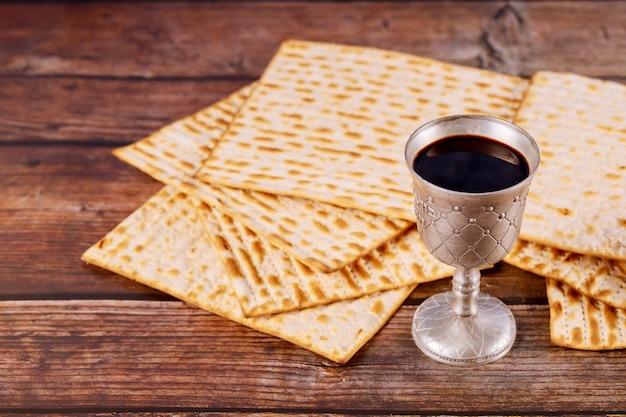 Matzah e um copo de prata cheio de vinho conceito de férias judaicas