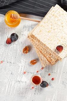 Matzo kosher judaico tradicional para a páscoa pesach
