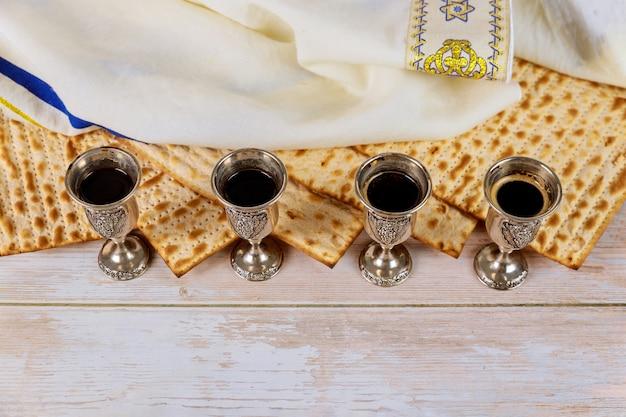 Matzos da celebração da páscoa com pão ázimo matzo no copo de kiddush de vinho