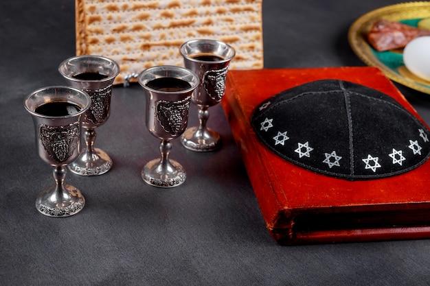 Matzot e quatro copos de símbolos de vinho tinto da páscoa