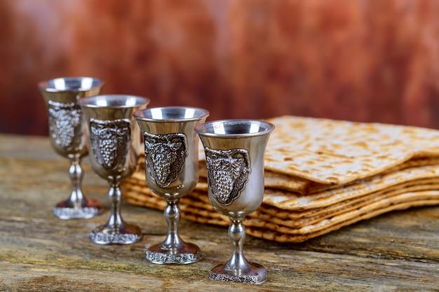 Matzot e quatro copos de vinho tinto símbolos da páscoa