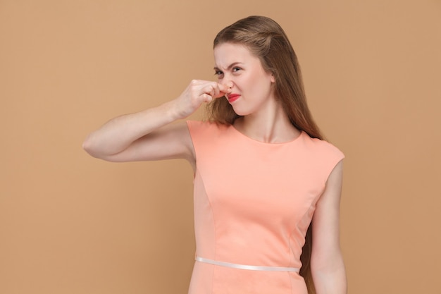 Mau cheiro, mulher infeliz segurando o nariz