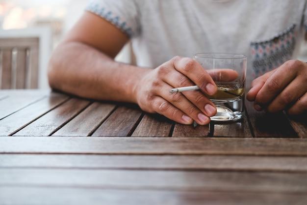Maus hábitos que um homem bebe e fuma