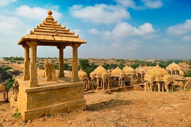 Mausoléu hindu do túmulo dos cenotáfios de bada bagh. jaisalmer, rajasthan, índia