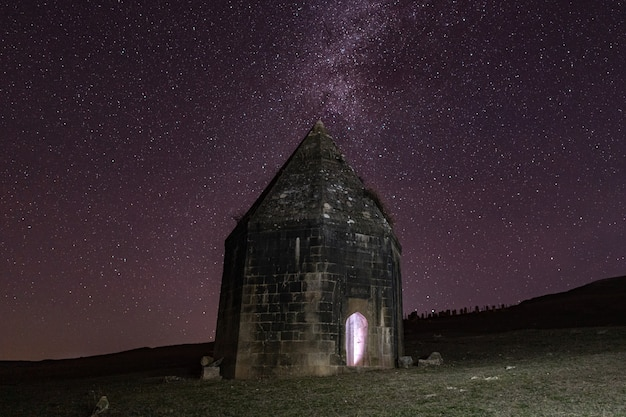 Mausoléu histórico antigo do século 16 à noite estrelada. distrito da cidade de shemakhy, azerbaijão