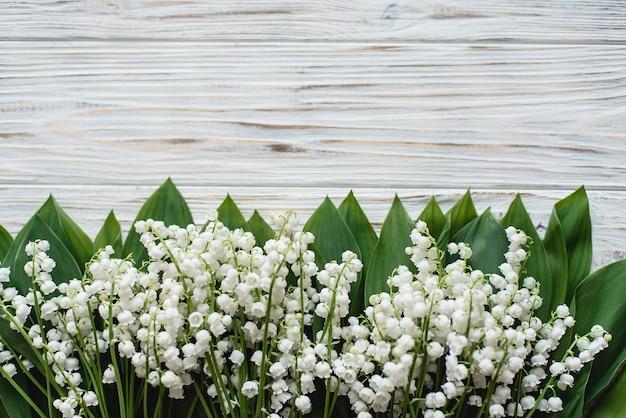 May-lírio em madeira