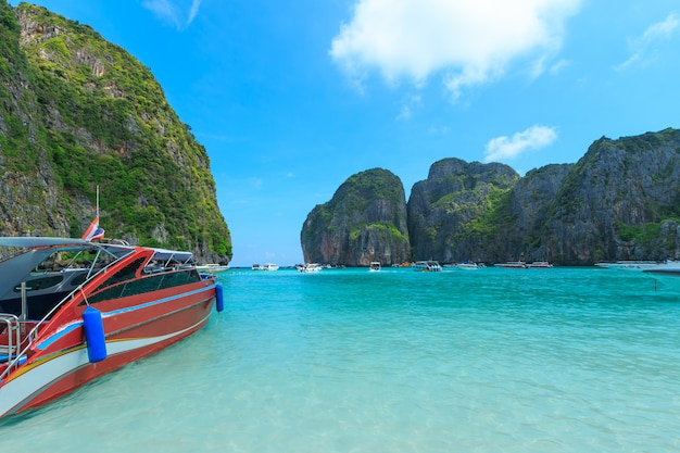 Maya bay uma das mais belas praias da província de phuket, tailândia.