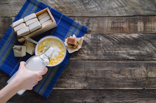Mazamorra com sanduíche de goiaba e garrafa de leite em um conceito latino baixo de madeira rústico do alimento. copie o espaço.