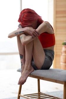 Me sentindo péssimo. jovem ruiva anoréxica abraçando os joelhos enquanto se sente péssima