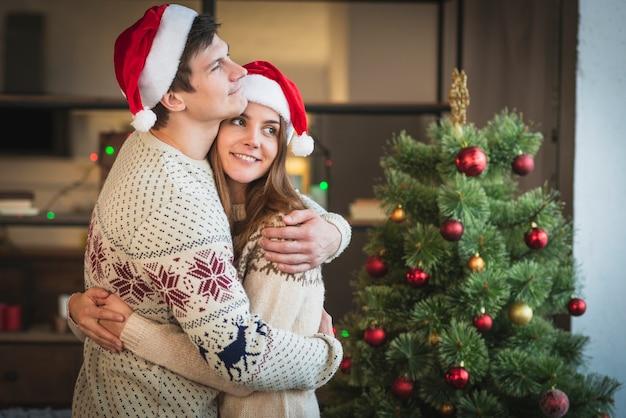 Meados de tiro casal bonito abraçando