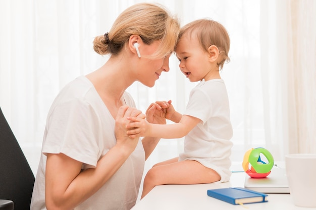 Meados de tiro feliz mãe e bebê