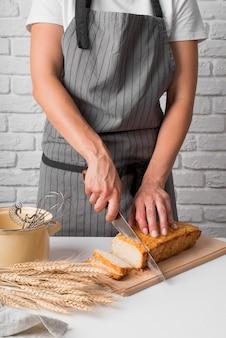 Meados de tiro mulher cortar pão de banana