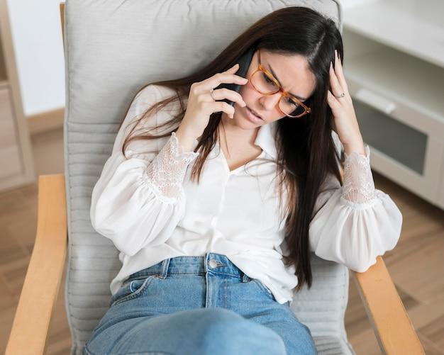 Meados de tiro mulher morena falando no telefone