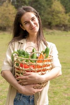 Meados de tiro mulher segurando cesta com compras