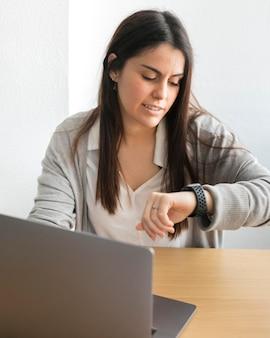 Meados de tiro mulher usando relógio inteligente