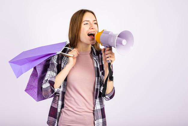 Meados de tiro mulher usando um megafone