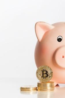 Mealheiro com bitcoins isolado no branco