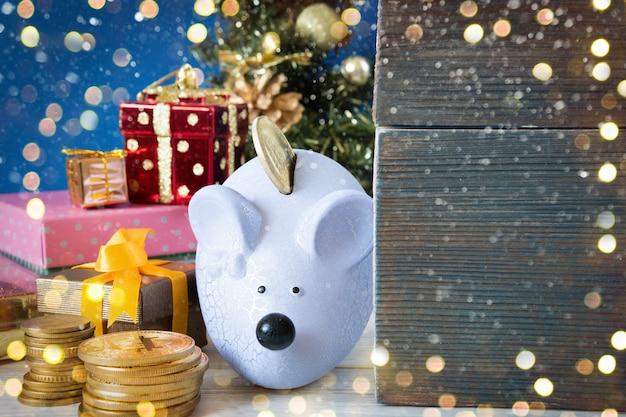 Mealheiro de rato de natal com presentes e dinheiro