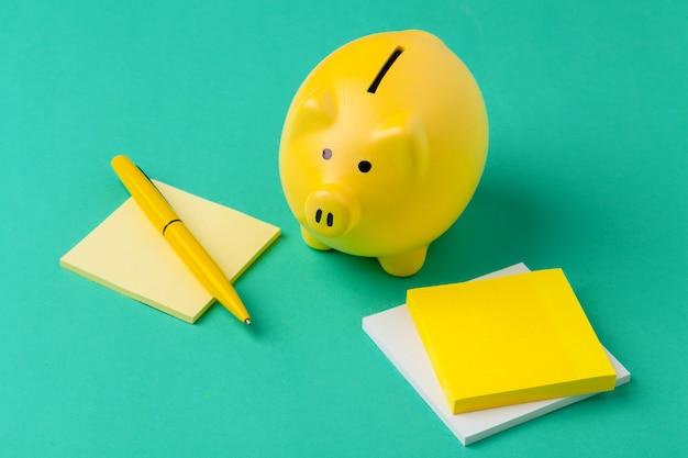 Mealheiro e caderno com uma caneta