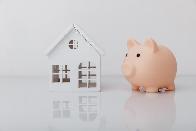 Mealheiro e conceito de banco modelo de casa