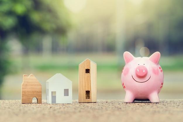 Mealheiro e modelo de casa para o conceito de finanças e banca
