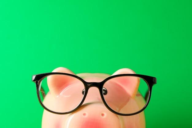 Mealheiro feliz com óculos contra fundo verde e closeup
