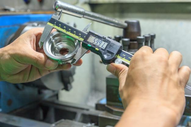 Meça o tamanho das partes metálicas com um dispositivo de medição de paquímetro digital eletrônico