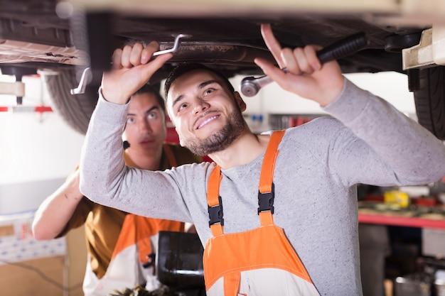 Mecânica reparando o carro do cliente